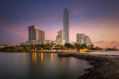 Гостиница и море города Паттайя с восходом солнца утра Стоковые Изображения RF