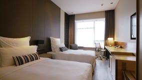 гостиница кровати внутри супружней комнаты сток-видео