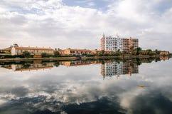гостиница Мульти-этажа отражена в озере Esperanza в d'Alcudia порта Стоковое Изображение RF
