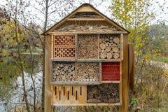 Гостиница насекомого в форме дома стоковые фото