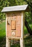 Гостиница насекомого - деревянный дом сделанный для черепашок и солитарных пчел насекомого, оси, стоковое фото