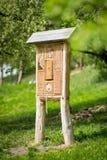 Гостиница насекомого - деревянный дом сделанный для черепашок и солитарных пчел насекомого, оси, стоковая фотография rf