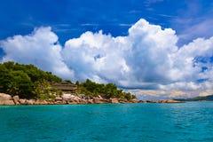 Гостиница на тропическом пляже - Ла Digue Сейшельских островах Стоковые Фотографии RF