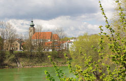 Гостиница реки, берег реки с старой церковью Стоковое фото RF