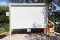 Гостиница семинара кино внешнего экрана репроектора домодельная с пробелом мест стоковая фотография rf