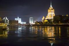 Гостиница Украина (Radisson королевское) в загораться вечера стоковое фото rf