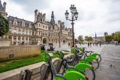 Гостиница de Ville с велосипедами в аренду, городская ратуша Парижа, Франции Это здание расквартировывает город administrat Париж стоковое изображение