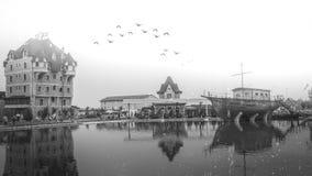 Гостиница Pirg в старой деревне Stanisici в Боснии с туманом и птицами Стоковые Изображения RF