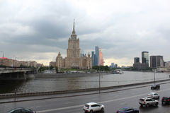 Гостиница Radisson королевская Украина и башни города Москвы Стоковое Изображение RF
