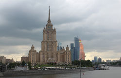 Гостиница Radisson королевское и башни города Москвы Стоковая Фотография