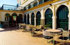 Гостиница Tanger Medina, Марокко, внешние таблицы двора, арабская архитектура стоковая фотография