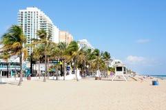 Гостиницы, ладони и станция личной охраны на пляже стоковое фото rf