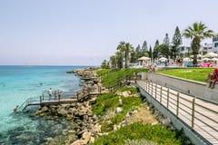 Гостиницы и пляж на смоковнице преследуют в Protaras Кипр Стоковые Фото