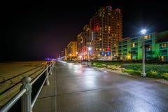 Гостиницы на ноче в Virginia Beach, VI променада и highrise стоковое фото