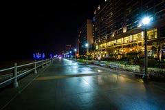 Гостиницы на ноче в Virginia Beach, VI променада и highrise стоковые фото