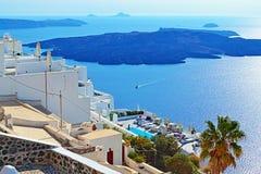 Гостиницы Clifftop обозревая остров Santorini Грецию Эгейского моря вулканический Стоковое фото RF