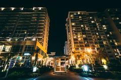 Гостиницы Highrise вдоль променада на ноче, в Virginia Beach, Стоковая Фотография