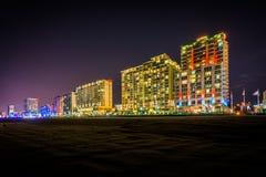 Гостиницы Highrise на oceanfront на ноче, в Virginia Beach, v Стоковые Фотографии RF