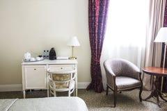Гостиничный номер в спокойных цветах, столе и зоне усаживания, креслах Стоковое Изображение RF