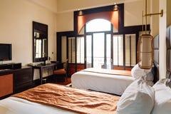 Гостиничный номер двойной кровати при азиатская украшенная сверстница, чувствует теплым и уютным на Ханое, Вьетнаме Стоковые Фото