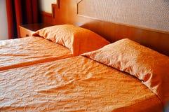 гостиничный номер кровати двойной аккомпанименты стоковое изображение rf