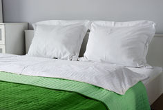 гостиничный номер кровати двойной аккомпанименты стоковая фотография