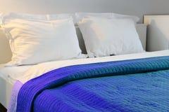 гостиничный номер кровати двойной аккомпанименты стоковая фотография rf