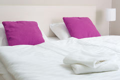 гостиничный номер кровати двойной аккомпанименты стоковые изображения