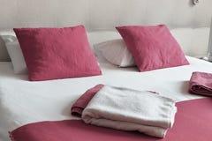 гостиничный номер кровати двойной аккомпанименты стоковые изображения rf