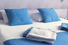 гостиничный номер кровати двойной аккомпанименты стоковое фото rf