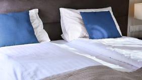 гостиничный номер кровати двойной аккомпанименты стоковое фото