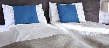 гостиничный номер кровати двойной аккомпанименты стоковые фото