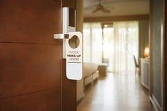 Гостиничный номер с ПОЖАЛУЙСТА СОСТАВЛЯЕТ знак КОМНАТЫ на двери Стоковое фото RF