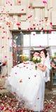 Гости бросая Confetti над женихом и невеста на свадьбу Стоковые Изображения RF
