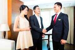 Гости приветствию менеджера в азиатской гостинице Стоковые Фотографии RF