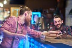 Гость порции бармена выбирая пить стоковые фотографии rf