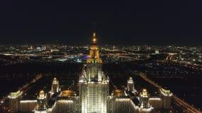 Государственный университет Москвы и загоренный горизонт Москвы на ноче Россия вид с воздуха сток-видео
