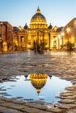 Государство Ватикан к ночь Загоренный купол базилики St Peters и квадрата St Peters Группа в составе туристы дальше через della стоковые изображения