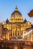 Государство Ватикан к ночь Загоренный купол базилики St Peters и квадрат St Peters в конце через della Conciliazione стоковые изображения