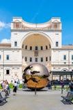 ГОСУДАРСТВО ВАТИКАН - 7-ОЕ МАЯ 2018: Сфера внутри сфера - бронзовая скульптура итальянским скульптором Arnaldo Pomodoro Двор  стоковое фото