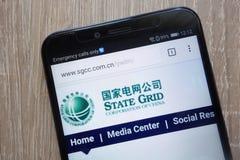 Государство Решетка Корпорация вебсайта Китая показало на современном смартфоне стоковое фото rf