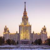 Государственный университет Lomonosov Москвы в вечере Стоковая Фотография