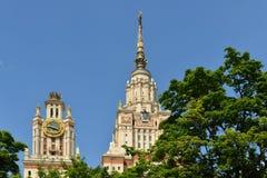 государственный университет moscow lomonosov Spiers среди деревьев, ландшафт города лета Стоковые Фотографии RF