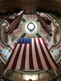 Государственный флаг США в старом здании суда Стоковые Изображения