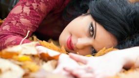 Готическая девушка в листьях Стоковые Фотографии RF