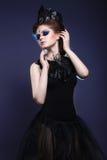 Готическая девушка с кроной и ожерельем пера Стоковые Фото