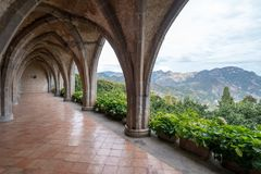 Готическая крипта стиля с взглядом гор, на садах виллы Cimbrone, Ravello на побережье Амальфи в южной Италии стоковые изображения rf