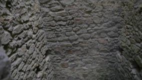 Готическая клетка подземелья башни замка с каменными стенами сток-видео