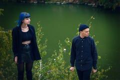 Готическая любовная история пар Человек и голубая девушка волос на черных одеждах на предпосылке Green River Стоковые Изображения