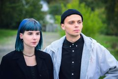 Готическая любовная история пар Человек и голубая девушка волос на черных одеждах на предпосылке Green River Стоковое фото RF